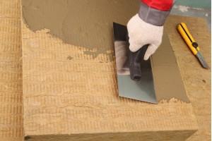 Нанесение цементного клея на минераловатную плиту