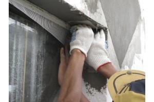 Втапливаются полоски Фасадной стеклотканевой сетки.