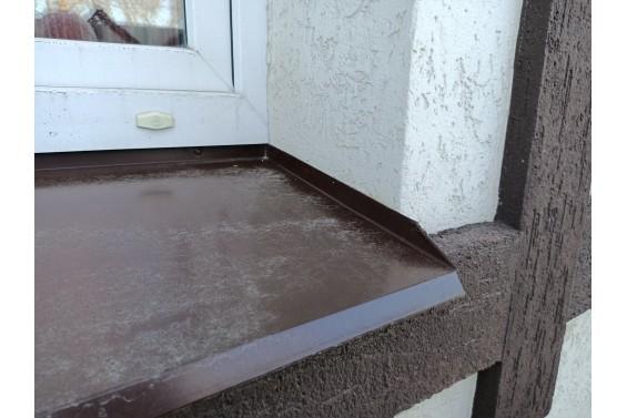 Отлив корытом, вода не попадает в стык с оконным откосом