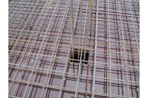 Заливается перекрытия между цокольным и первым этажами
