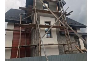 Oблицовкa фасадов дома Планкеном и искус. камнем Вайт Хиллс