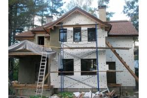 Наносим клей и втапливаем фасадную стеклотканевую сетку