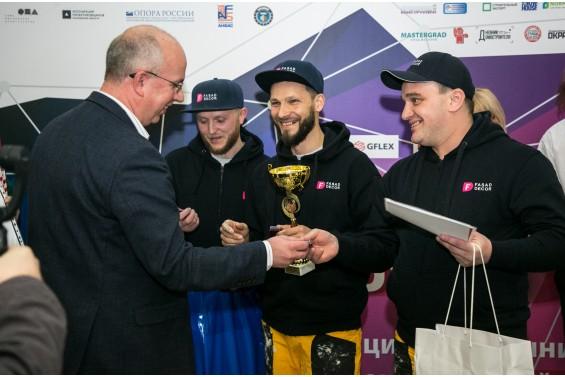 Сергей Алехин поздравляет ребят,занявших третье место