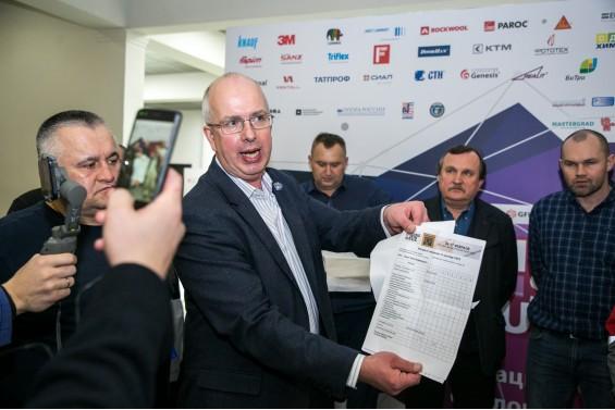 Сергей Алехин оглашает результаты совещания судейского жюри