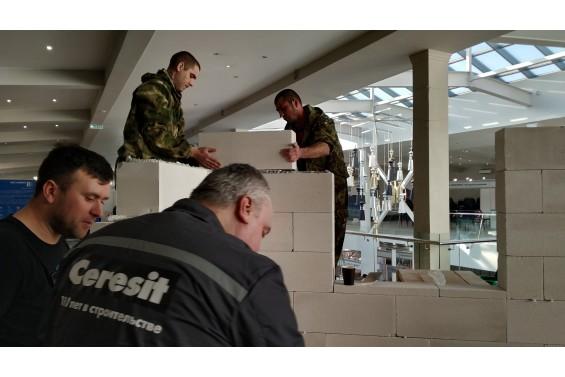 Команда из С-Петербурга (4 место) монтирует стенд из блоков