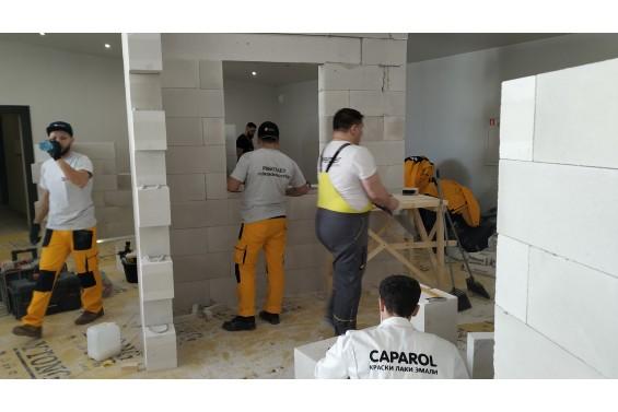 Команды монтируют стенды из газобетонных блоков